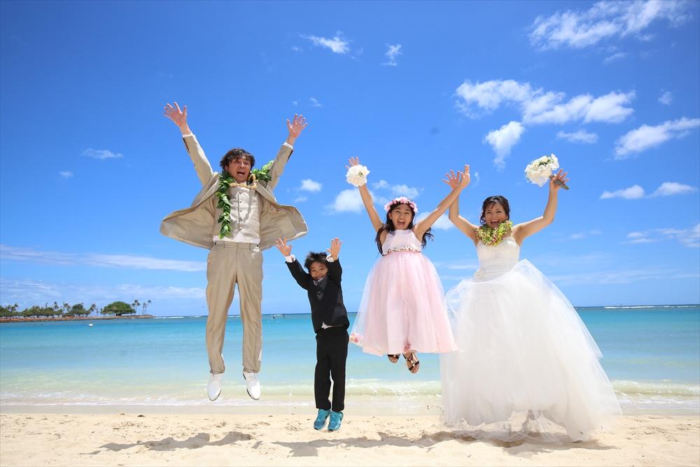 家族でハワイのウェディングビーチ撮影